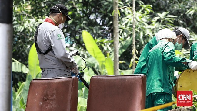 Petugas dari Batan dan Bapeten dengan perlengkapan keamanan yang dikenakannya masih melakukan pekerjaan mengangkat sisa sisa tanah yang mengandung zat radioaktif. (CNN Indonesia/Andry Novelino)