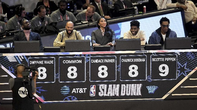 Lima juri pada kontes slam dunk di NBA All Star 2020 adalah (kiri ke kanan) legenda NBA Dwyane Wade, rapper Common, pemain WNBA Candace Parker, aktor Chadwick Boseman, dan legenda Chicago Bulls Scottie Pippen. (Stacy Revere/Getty Images/AFP)