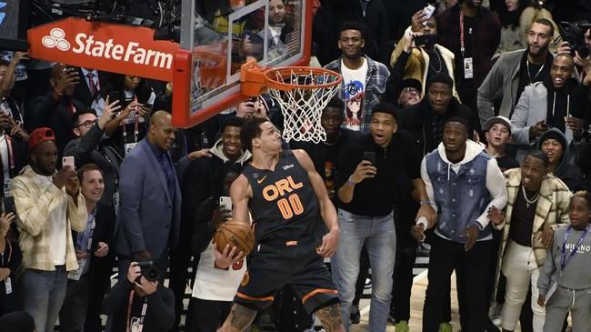 Pemain Orlando Magic Aaron Gordon juga lolos ke putaran final. Gordon kalah dari Zach Levine pada final kontes slam dunk di NBA All Star 2016. (AP Photo/David Banks)