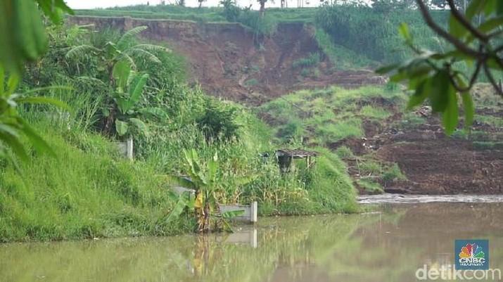 Longsor yang menerjang Kampung Hegarmanah, Desa Sukatani, Kecamatan Ngamprah, Kabupaten Bandung Barat, tidak jauh dari badan jalan Tol Cipularang KM 118.