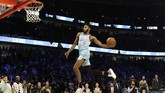 Derrick Jones Jr. kemudian memastikan kemenangan dengan keunggulan tipis satu poin di lompatan terakhir. Jones sebelumnya kalah pada kontes slam dunk di NBA All Star 2017. (AP Photo/Nam Y. Huh)
