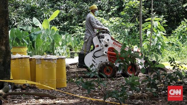 Peneliti Badan Tenaga Nuklir Nasional (Batan), Mukhlis Ahadi menyebut zat radioaktif yang ditemukan Serpong, Tangerang Selatan tak berbahaya bagi kesehatan tubuh manusia. (CNN Indonesia/Andry Novelino)