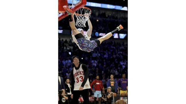Pemain Milwaukee Bucks Pat Connaughton berpakaian seperti tokoh film 'White Men Can't Jump' dan melompati bintang MLB Christian Yelich. Connaughton di putaran pertama kontes slam dunk di NBA All Star 2020. (Jonathan Daniel/Getty Images/AFP