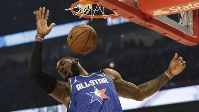 Aksi James mendulang angka dengan melakukan dunk. Dalam laga kali ini, James mencetak 23 poin, lima rebound, enam assist, satu steal, dan dua blok. (AP Photo/Nam Huh)