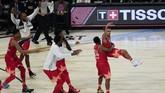 Tim Giannis merayakan keberhasilan Trae Young yang mencetak tembakan tiga angka dalam laga NBA All Star.(AP Photo/David Banks)