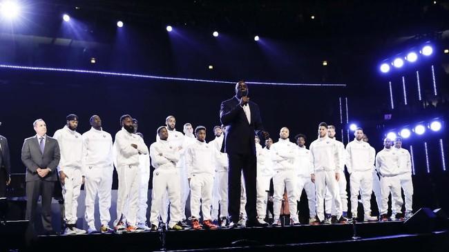 Laga NBA All Star 2020 diawali dengan penghormatan kepada Kobe Bryant dan anaknya, Gianna, yang meninggal dalam kecelakaan helikopter 26 Januari. Legenda NBA, Earvin 'Magic' Johnson turut memberikan penghormatan pada Kobe. (AP Photo/Nam Huh)