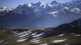 Pemanasan global membuat volume salju yang turun sangat tipis dan hanya dirasakan di puncak gunung yang tinggi. (Anne-Christine POUJOULAT / AFP)
