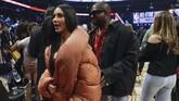 Selebritas Amerika Serikat, Kim Kardashian dan Kanye West, turut menyemarakkan laga bintang-bintang NBA pada musim ini. (AP Photo/Nam Huh)