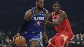 LeBron James mendribel bola mencoba melewati Pascal Siakam dalam laga NBA All Star 2020. Dalam laga kali ini, bintang LA Lakers itu bermain kurang dari 19 menit.(AP Photo/Nam Huh)