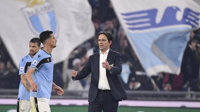 Pelatih Lazio Simone Inzaghi (kanan) merayakan kemenangan timnya atas Inter Milan 2-1. Lazio juga berhasil menyalip Inter di posisi kedua klasemen sementara. (Alfredo Falcone/LaPresse via AP)