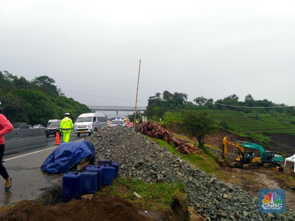Longsor terjadi di dekat Tol Cipularang dengan Ketinggian tebing 15 meter dan lebar sekitar 30 meter.