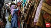 Pilihan motif batik, desain, maupun harga yang ditawarkan cukup variatif sesuai bujet yang tersedia. (CNNIndonesia/Safir Makki)