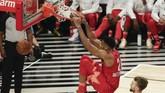Antetokounmpo pun mewarnai NBA All Star 2020 dengan aksi nombok. Pemain Milwaukee Bucks itu menjalani laga keempat di NBA All Star dengan membukukan double double (25 poin dan 11 rebound). (AP Photo/David Banks)