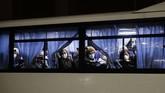 Warga yang dievakuasi mengaku khawatir dengan meningkatnya jumlah penumpang kapal yang dinyatakan positif virus corona.(AP Photo/Jae C. Hong)