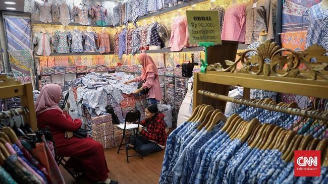 Untuk pembeli yang akan menjual kembali dagangan batik, penjual memberikan harga spesial. (CNNIndonesia/Safir Makki)