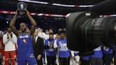 Kawhi Leonard dari Los Angeles Clippers mendapat penghargaan MVP Kobe Bryant dalam NBA All Star 2020. Leonard tampil selama 20 menit dan mencetak 30 poin, tujuh rebound, empat assist, dan dua steal. (AP Photo/Nam Huh)