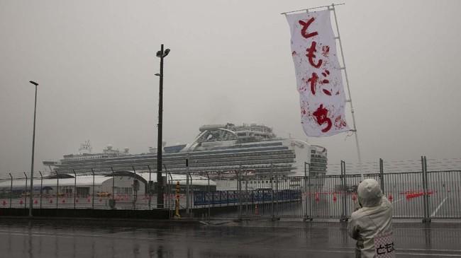 Karantina terhadap lebih dari 2.000 penumpang kapal pesiar Diamond Princess di perairan Yokohama, Jepang selama dua pekan sejak 3 Februari 2020 telah berakhir pada Senin (17/2).(AP Photo/Jae C. Hong)