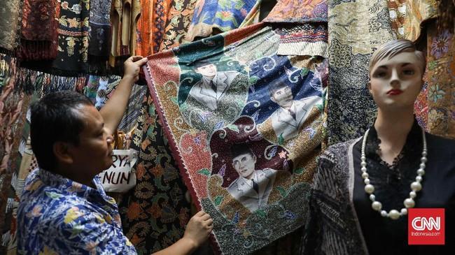 Tak cuma itu, para pedagang juga menjajakan batik tulis edisi terbatas yang disukai kolektor. (CNNIndonesia/Safir Makki)