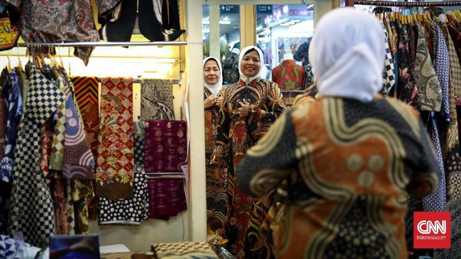 Tak hanya warga Jakarta, mereka yang datang dari luar daerah hingga luar negeri pun beramai-ramai menyempatkan diri untuk memborong batik di sentra batik Tanah Abang ini. (CNNIndonesia/Safir Makki)