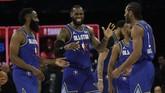 LeBron James, James Harden, dan Kawhi Leonard merayakan kemenangan 157-155 atas Tim Giannis. (AP Photo/Nam Huh)