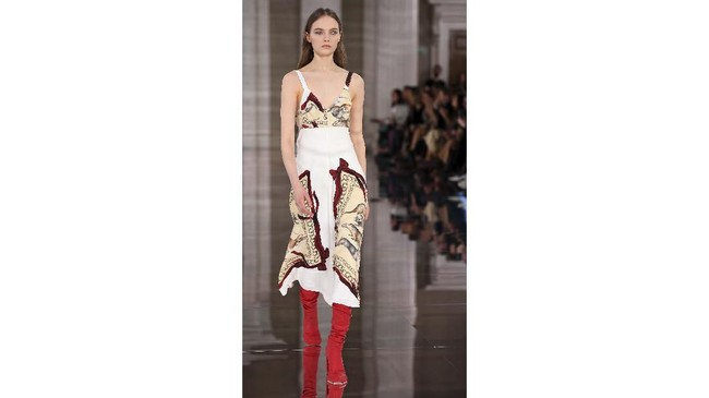 Pada Minggu (16/2) Beckham memamerkan koleksi terbarunya di Banqueting House, Whitehall dalam ajang London Fashion Week. Dia konsisten mengeluarkan busana siap pakai buat perempuan. (Photo by DANIEL LEAL-OLIVAS / AFP)