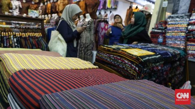 Kain tenun lurik, songket, maupun tenun lainnya pun tersedia di sentra batik ini. (CNNIndonesia/Safir Makki)