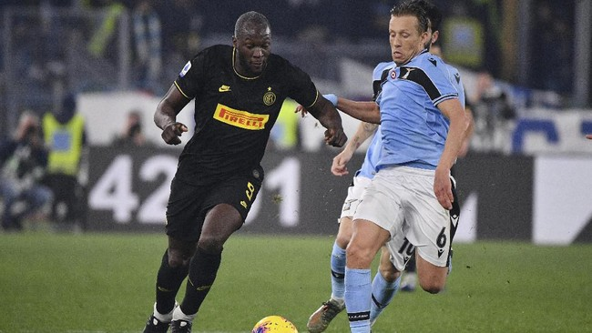 Striker Inter Milan Romelu Lukaku, coba diadang gelandang Lazio Lucas Leiva. (Alfredo Falcone/LaPresse via AP)