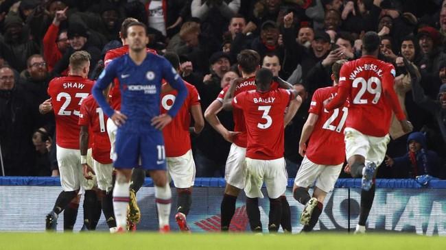 Para pemain MU merayakan gol yang dilesakkan Harry Maguire. Sebelumnya Maguire melakukan pelanggaran terhadap Michy Batshuayi di babak pertama, namun tak diganjar kartu merah setelah wasit mengecek VAR. (AP Photo/Ian Walton)