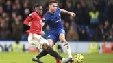 Bek Manchester United Aaron Wan-Bissaka (kiri) menekel pemain Chelsea Cesar Azpilicueta. (AP Photo/Ian Walton)
