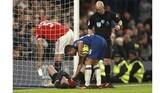 Pemain Chelsea Ross Barkley mencoba memastikan kondisi David De Gea yang mengalami cedera. (AP Photo/Ian Walton)