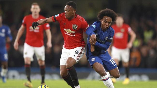 Penyerang Manchester United Anthony Martial duel dengan pemain Chelsea Willian. (AP Photo/Ian Walton)