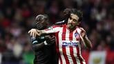 Penyerang Liverpool Sadio Mane (kiri) harus berjibaku menghadapi bek sayap Atletico Madrid Sime Vrsaljko. (AP Photo/Manu Fernandez)