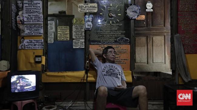 Satu yang paling unik ketika pengunjung masuk ke kiosnya, tulisan-tulisan terpampang di setiap sudut dinding. Berawal dari pengalaman konsumen yang sering komplain karena tidak mengerti menggunakan jam tangan, Koh Hendra menulis berbagai curhatan yang sering ia temui. (CNN Indonesia/Adhi Wicaksono)