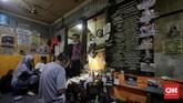 Tak cuma toko-toko pengecer, tukang jam (watchmaker) di kampung-kampung bisa turut menikmati rejeki dari menjual jasa servis dan reparasi. (CNN Indonesia/Adhi Wicaksono)