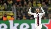 Penyerang PSG Neymar merayakan gol ke gawang Dortmund. Kedudukan imbang 1-1 hanya bertahan sebentar. (AP Photo/Michael Probst)