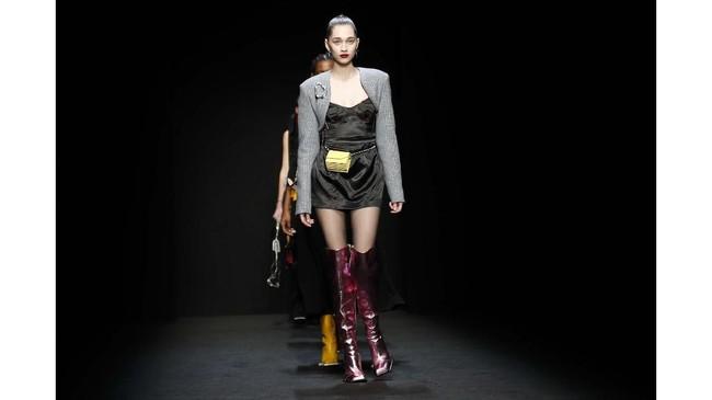 Milan Fashion week masih dibayangi oleh wabah virus corona atau Covid-19. Sama seperti pekan mode di negara lainnya, Milan Fashion Week juga diwarnai dengan mundurnya ribuan desainer, buyers, dan jurnalis China.(AP Photo/Antonio Calanni)