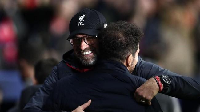 Pelatih Liverpool Jurgen Klopp memberi selamat kepada juru taktik Atletico Madrid Diego Simeone. (AP Photo/Manu Fernandez)