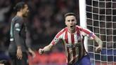 Laga baru berjalan empat menit, gelandang Atletico Madrid Saul Niguez membobol gawang Alisson. (AP Photo/Bernat Armangue)