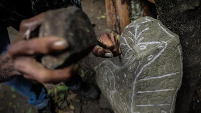 Giron mengaku gemar berkeliling hutan di sekitar rumahnya, dan ketika di usia 33, ia memutudkan menghabiskan hidup di alam bebas. Salah satunya, menciptakan seni ukir di bebatuan yang telah diidam sejak kecil. (Photo by INTI OCON / AFP)