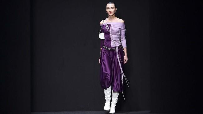 Warna ungu muda yang dikombinasikan dengan ungu tua menjadi salah satu tampilan ikonik dalam show tersebut(Andreas SOLARO / AFP)