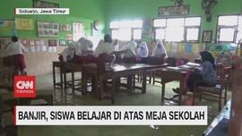 VIDEO: Banjir, Siswa Belajar di Atas Meja Sekolah