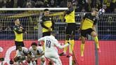 Penyerang Dortmund Erling Braut Haaland berusaha menahan tendangan bebas bintang PSG Neymar. Babak pertama berakhir imbang tanpa gol. (AP Photo/Martin Meissner)