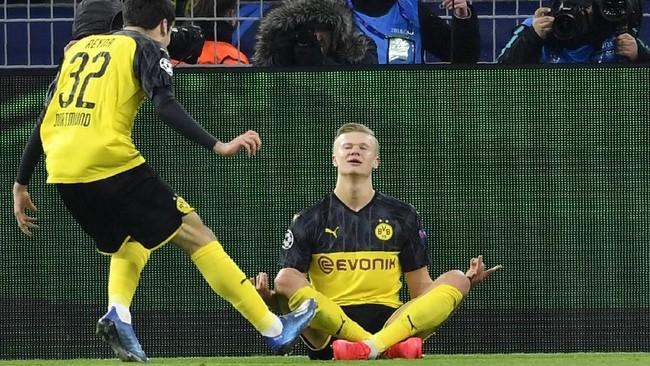 Erling Braut Haaland merayakan gol ke gawang PSG dengan melakukan posisi yoga. Skor 2-1 untuk Dortmund bertahan hingga laga usai. (AP Photo/Martin Meissner)