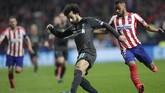 Penyerang Liverpool Mohamed Salah (kiri) juga tak mampu berkutik menembus pertahanan Liverpool. (AP Photo/Bernat Armangue)