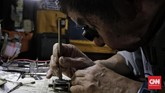 Tahun 2000an tukang jam yang terbiasa menangani mesin mekanik mulai kekurangan pekerjaan karena teknologi pencatat waktu digantikan oleh telepon genggam. Satu per satu lapak tutup, atau mati enggan hidup pun tak mampu. (CNN Indonesia/Adhi Wicaksono)