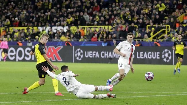 Erling Braut Haaland kembali membawa Dortmund unggul 2-1 pada menit ke-77 lewat tendangan keras usai menerima umpan Giovanni Reyna. (AP Photo/Michael Probst)
