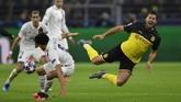 Bek PSG Marquinhos melanggar gelandang Dortmund Emre Can. Laga Dortmund vs PSG berlangsung ketat di babak pertama. (AP Photo/Martin Meissner)