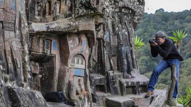 Alberto Gutierrez mengaku menghabiskan sekitar tiga jam sehari memahat batu raksasa di sekitar gubuk kayunya di Taman Nasional Estanzuela. (Photo by INTI OCON / AFP)