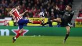 Gelandang Atletico Madrid Koke (kiri) duel dengan bek Liverpool Trent Alexander-Arnold pada babak 16 besar Liga Champions di Stadion Wanda Metropolitano, Rabu (19/2) dini hari WIB. (AP Photo/Manu Fernandez)