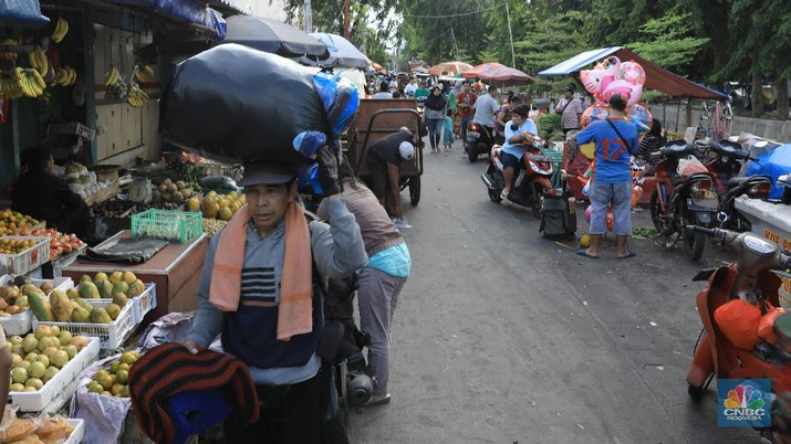 Suasana aktivitas pasar Nangka, Jakarta Pusat, Rabu (19/2). Komisi XI Dewan Perwakilan Rakyat (DPR) menyetujui usulan Menteri Keuangan Sri Mulyani untuk menerapkan cukai terhadap produk plastik secara keseluruhan, bukan hanya kantong plastik. Pasalnya, dari sebagian besar anggota berpandangan bahwa, apabila pemerintah ingin mengedepankan aspek lingkungan dan kesehatan, seharusnya cukai plastik bukan hanya ditunjukkan untuk kantong kresek saja. Tapi juga terhadap beberapa produk plastik lainnya, seperti minuman kemasan, kemasan makanan instan, dan lain sebagainya. Sri Mulyani juga mengajukan pengenaan beberapa produk kena cukai ke Komisi XI DPR. Salah satu barang yang akan kena cukai adalah kendaraan bermotor khususnya kendaraan yang masih mengeluarkan emisi CO2. Ketentuan yang akan diatur adalah, dikecualikan pada kendaraan:  Kendaraan yang tak menggunakan BBM seperti kendaraan listrik  Kendaraan umum, kendaraan pemerintah, kendaraan keperluan khusus seperti ambulan dan damkar  Kendaraan untuk kebutuhan ekspor  Berdasarkan bahan Kementerian Keuangan (Kemenkeu) yang diterima CNBC Indonesia, belum ada besaran tarif yang diusulkan. Besaran tarif dapat berubah tergantung tujuan dari kebijakan pemerintah. (CNBC Indonesia/Muhammad Sabki)